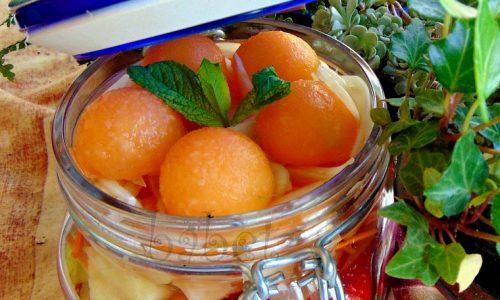 Macedonia di frutta con mandorle e finocchi   .Tante vitamine e sali minerali in un vasetto