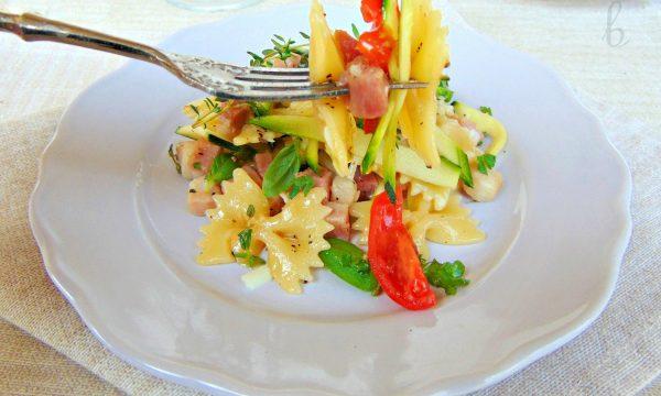 Pasta  con zucchine ed erbette aromatiche