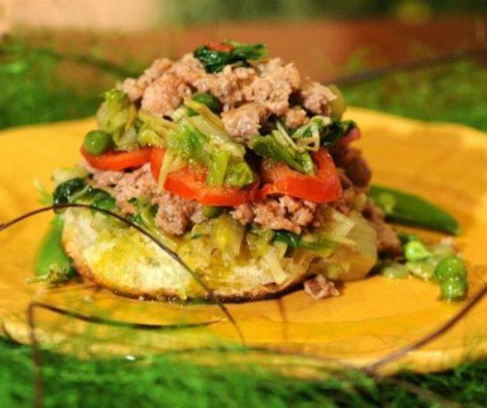 Crostone con verdure primaverili e salsiccia