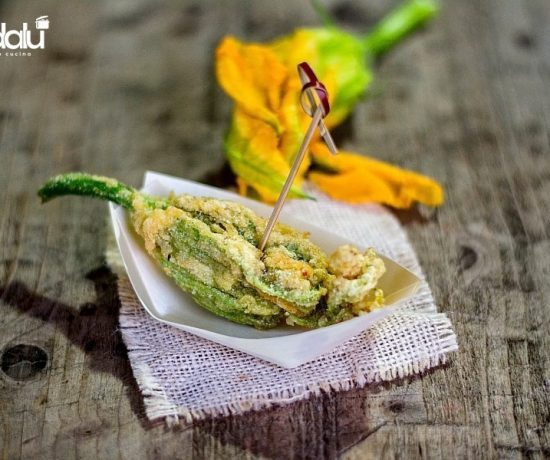 Fiori di zucca fritti ripieni di alici e mozzarella