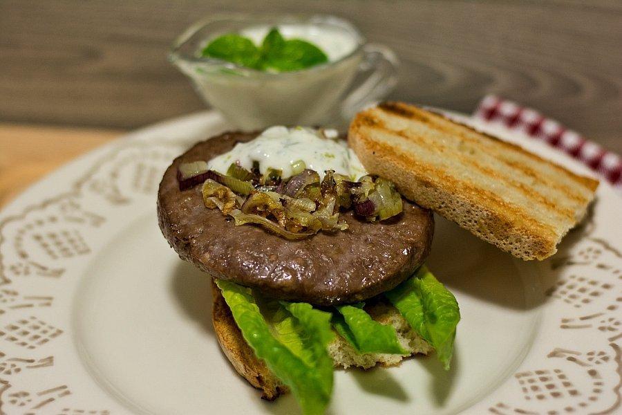 Hamburger con salsa allo yogurt e menta
