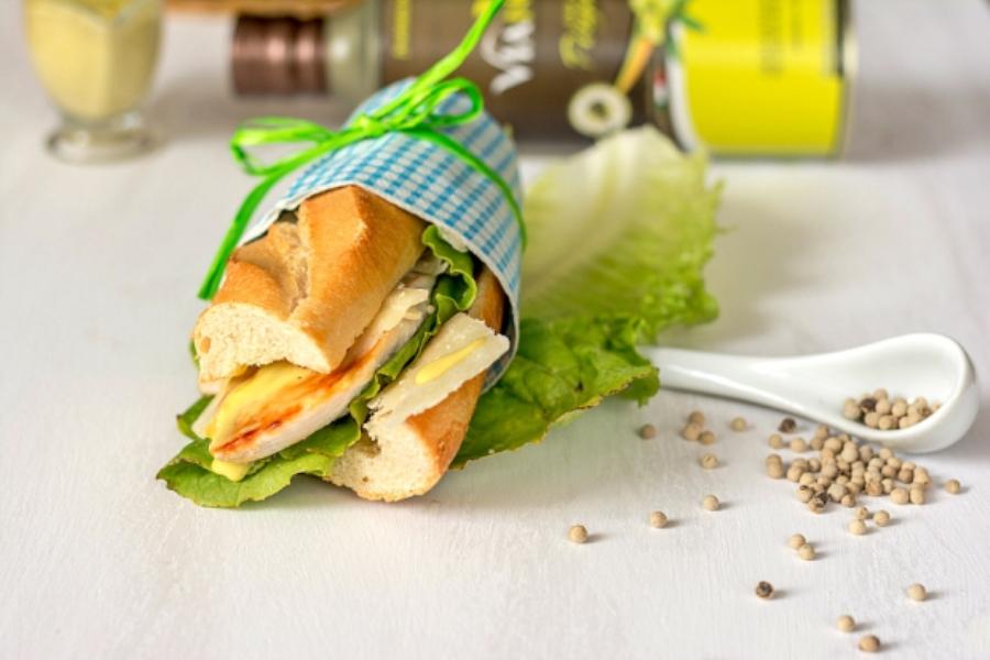 Baguette con Caesar Salad