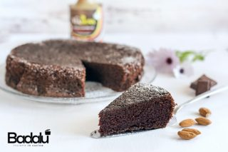 Torta di mandorle gluten free al cioccolato fondente e olio al peperoncino olio vianova