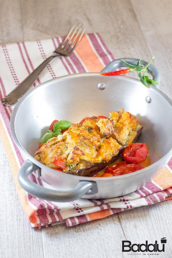 Melanzane ripiene con formaggi pomodorini e pane tostato -