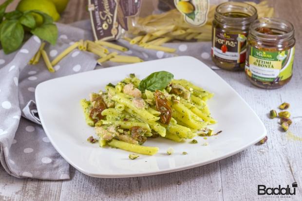 Pennette al limone in crema di zucchine con salmone pomodorini e pistacchi- vianova - la fabbrica della pasta di gragnano