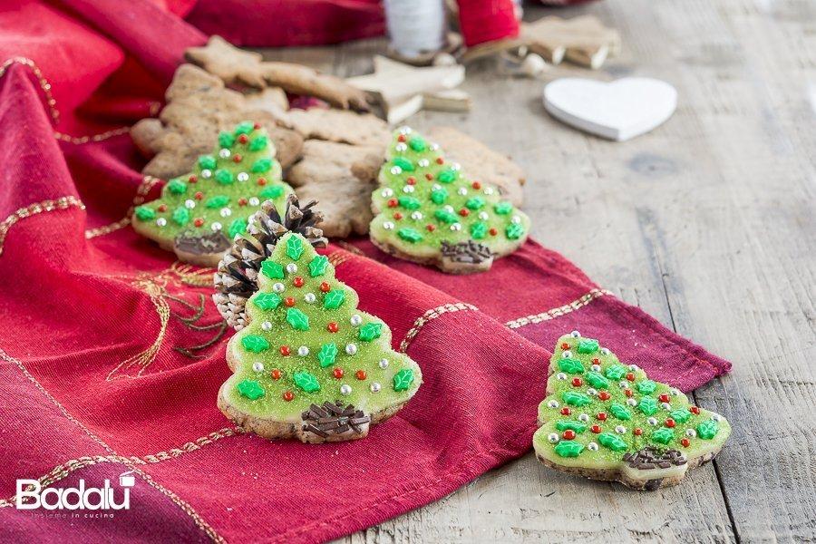 Biscotti natalizi al farro con cannella cioccolato e marzapane