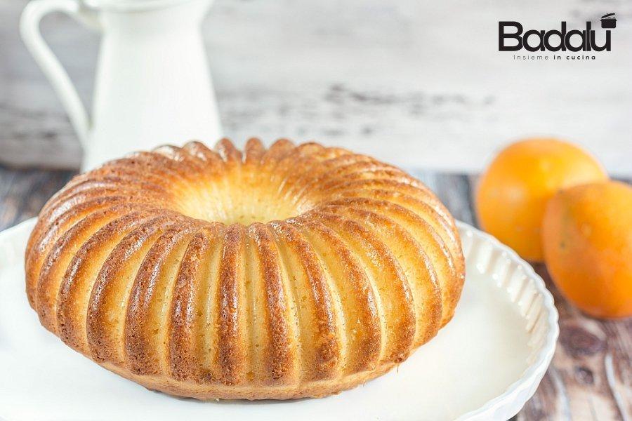 Torta alla panna aromatizzata all'arancia con salsa al caramello Silikomart