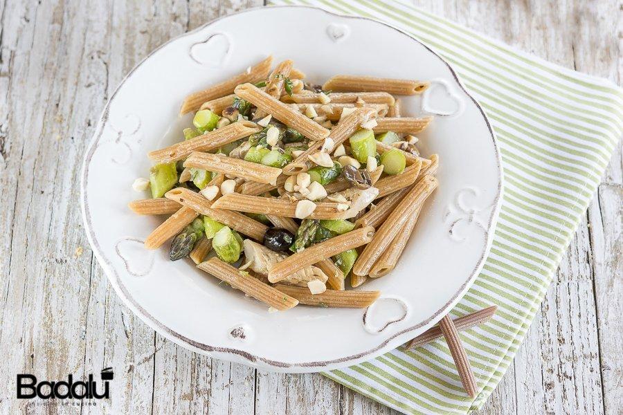 Pennette al peperoncino con asparagi croccanti sgombro e granella di mandorle La Fabbrica della pasta di Gragnano