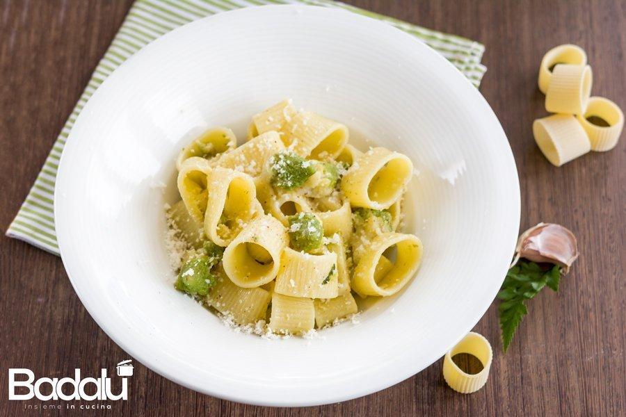 Pasta con broccolo romanesco acciughe e pecorino La calamarata rigata di Gragnano
