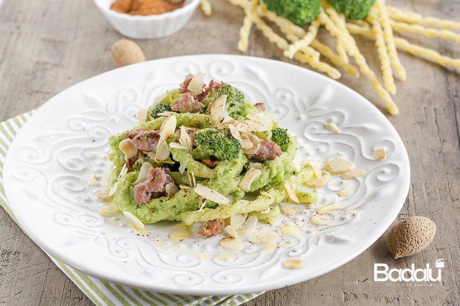 Pasta con crema di broccoli alla paprika con salsiccia e mandorle La fabbrica della pasta di Gragnano