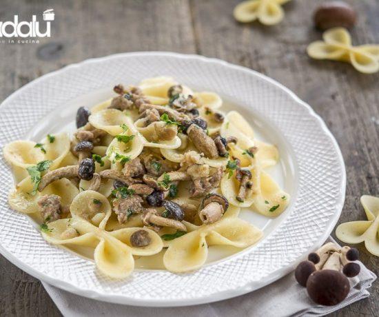 Farfalle al tartufo con pioppini salsiccia e briciole di castagne-la fabbrica della pasta di gragnano