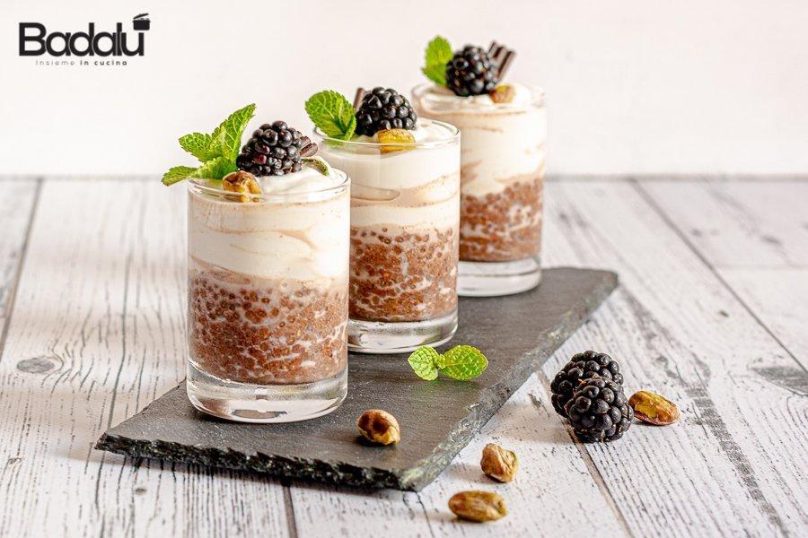 Dolce allo yogurt con semi di chia e more
