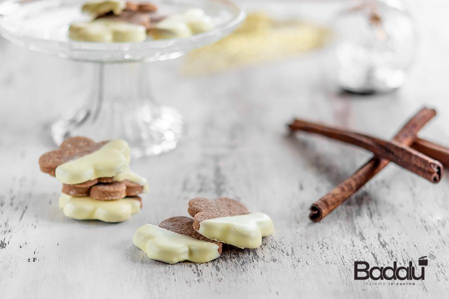 Biscotti cacao e cannella ricoperti di cioccolato bianco