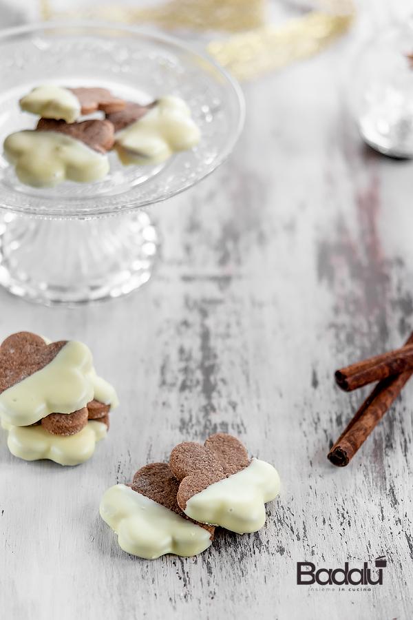Biscotti cacao e cannella glassati di cioccolato bianco
