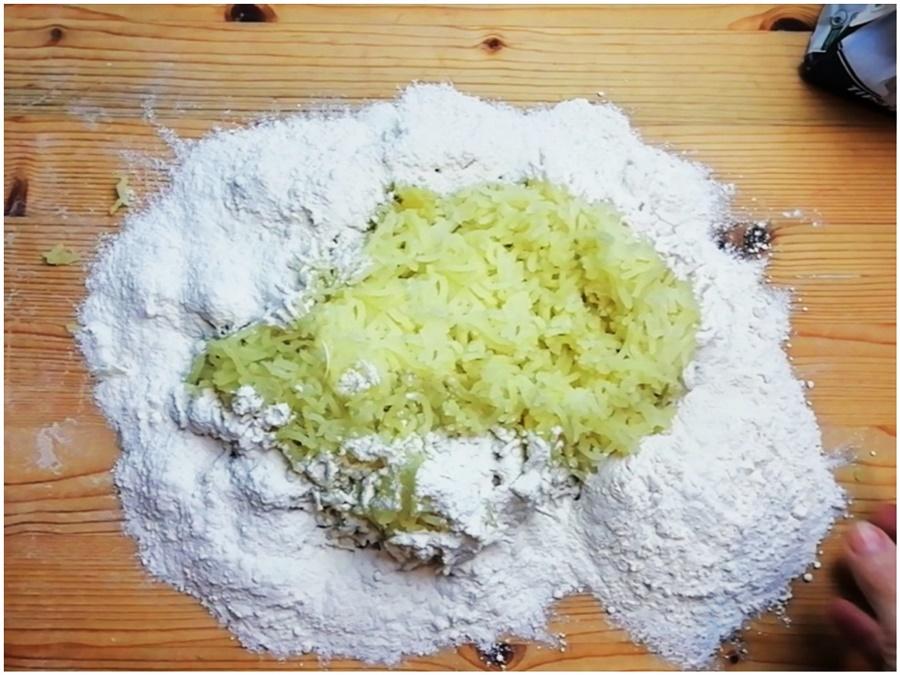 preparazione gnocchi- patate schiacciate e farina