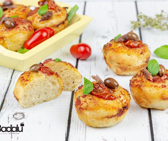 Muffin di pizza con olive acciughe e pomodorini