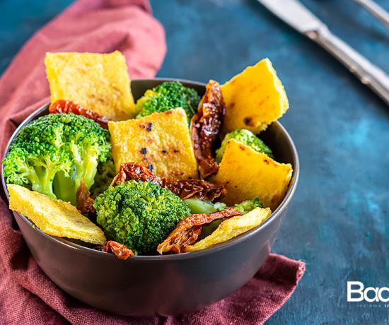 Insalata di polenta con broccoli e pomodori secchi