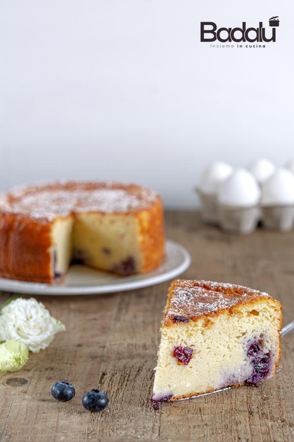 Torta cremosa con yogurt e mirtilli freschi