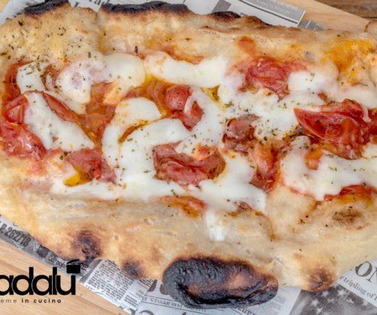 Pizza fritta con mozzarella e pomodorini