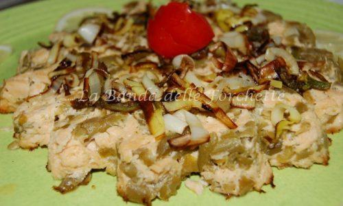 Sformato di salmone con fiori di zucchine e porro fritti