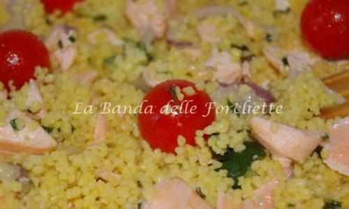 Cous cous allo zafferano, salmone, pomodorini e zucchine