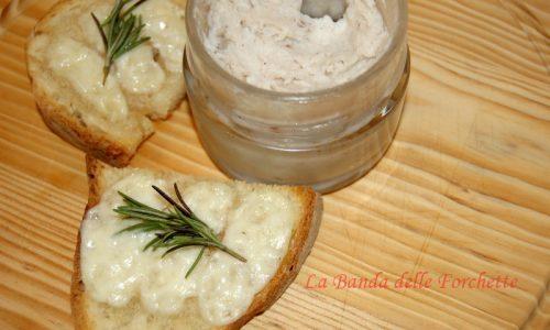 Crostoni alla crema di lardo e pecorino toscano