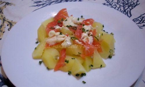 Insalata cremosa di patate e salmone affumicato