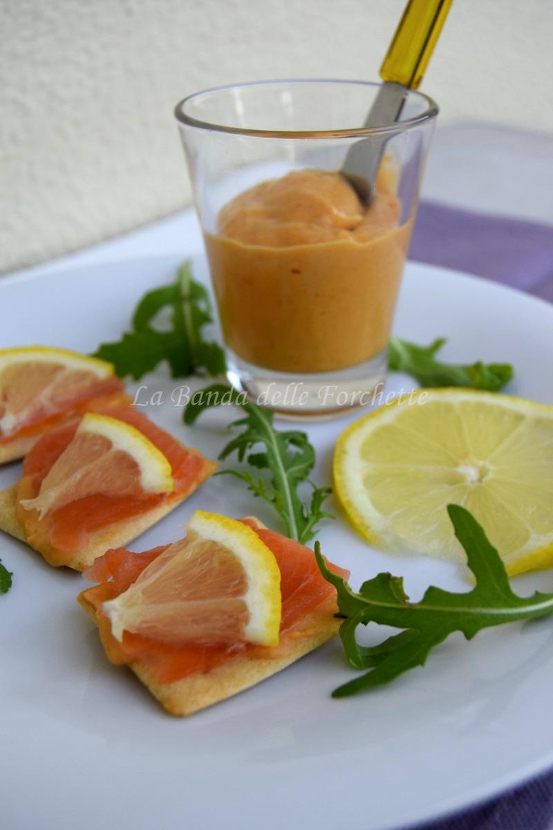 Crostini di grano saraceno con guacamole di avocado e salmone affumicato