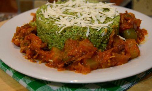 Quinoa al pesto di rucola con caponata di verdure