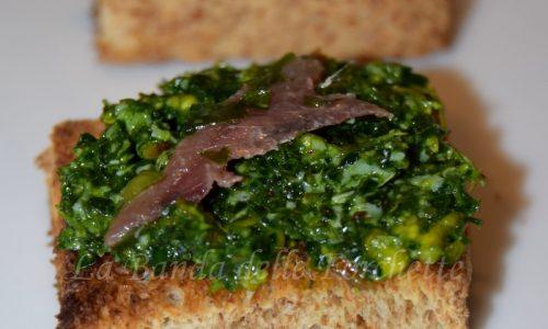 Crostini al pesto di cavolo nero, pistacchi e alici