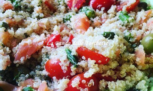 Insalata di quinoa con asparagi, salmone e datterini