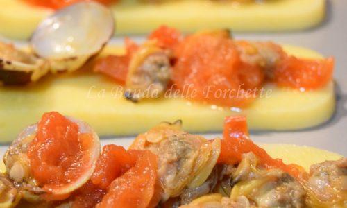 Crostini di polenta morbida con vongole al guazzetto