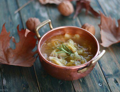 Zuppa di verze, patate, salsicce – ricetta tipica