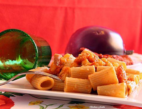 Pasta integrale, melanzane, ceci, pomodori secchi