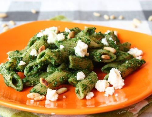 Pasta integrale con crema di spinaci, pinoli e Feta