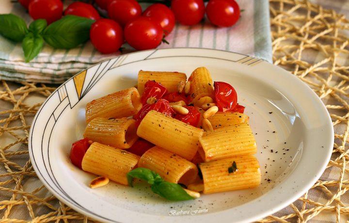 Pasta con pomodorini, basilico e pinoli