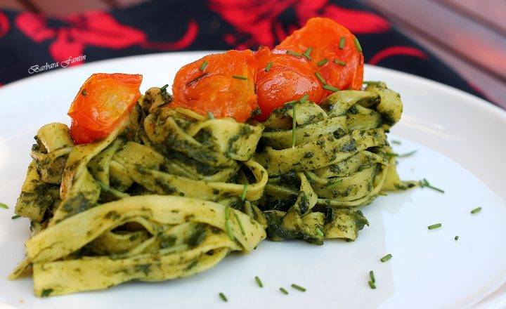 Tagliatelle crema di spinaci, pomodorini, erba cipollina