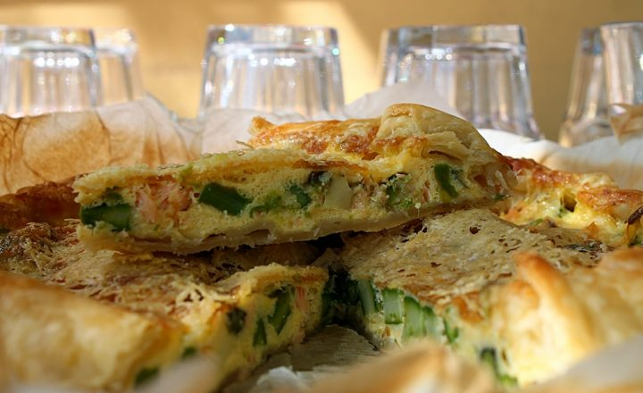 Sfoglia con asparagi, uova e salmone, ricetta torte salate