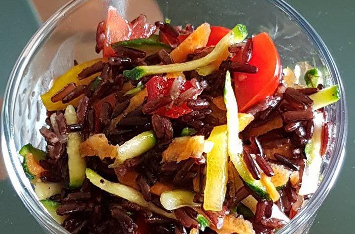 Insalata di riso nero integrale con crudité di verdure