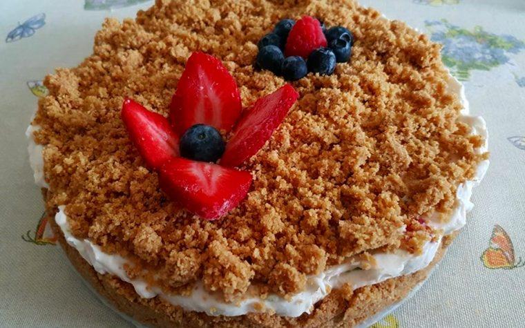 Torta sbriciolata fredda con fragole e frutti di bosco