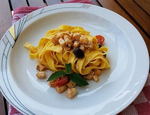 Tagliatelle con ragù di pesce spada, datterini, menta e olive taggiasche