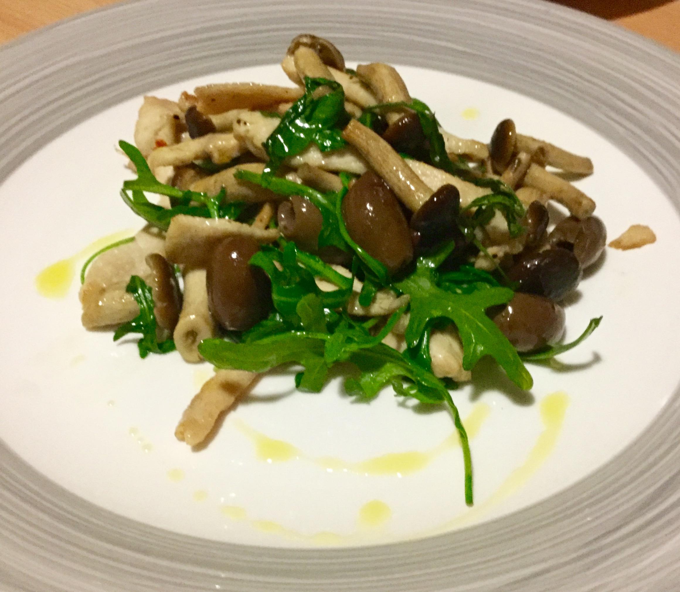 Straccetti di pollo con funghi ,olive e rucola