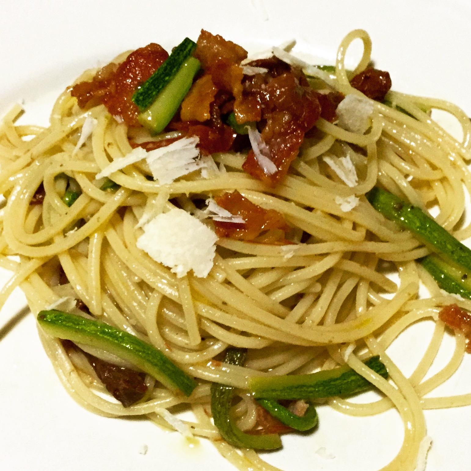 Spaghetti con zucchine, pomodori rossi secchi e guanciale croccante