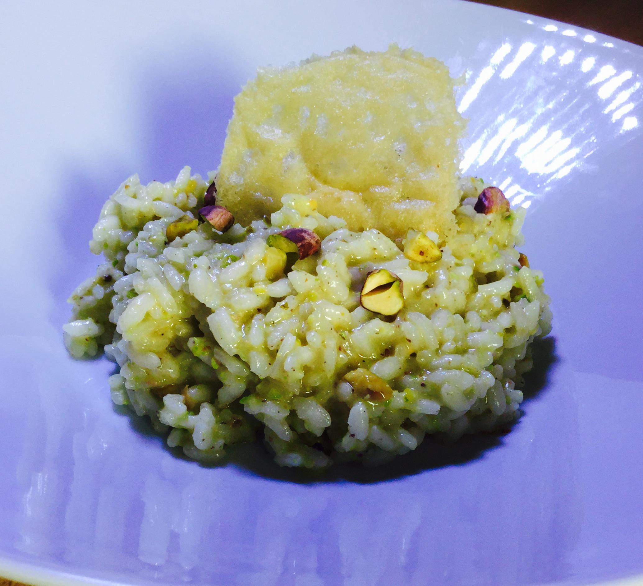Risotto con pesto di pistacchi e cialda di parmigiano