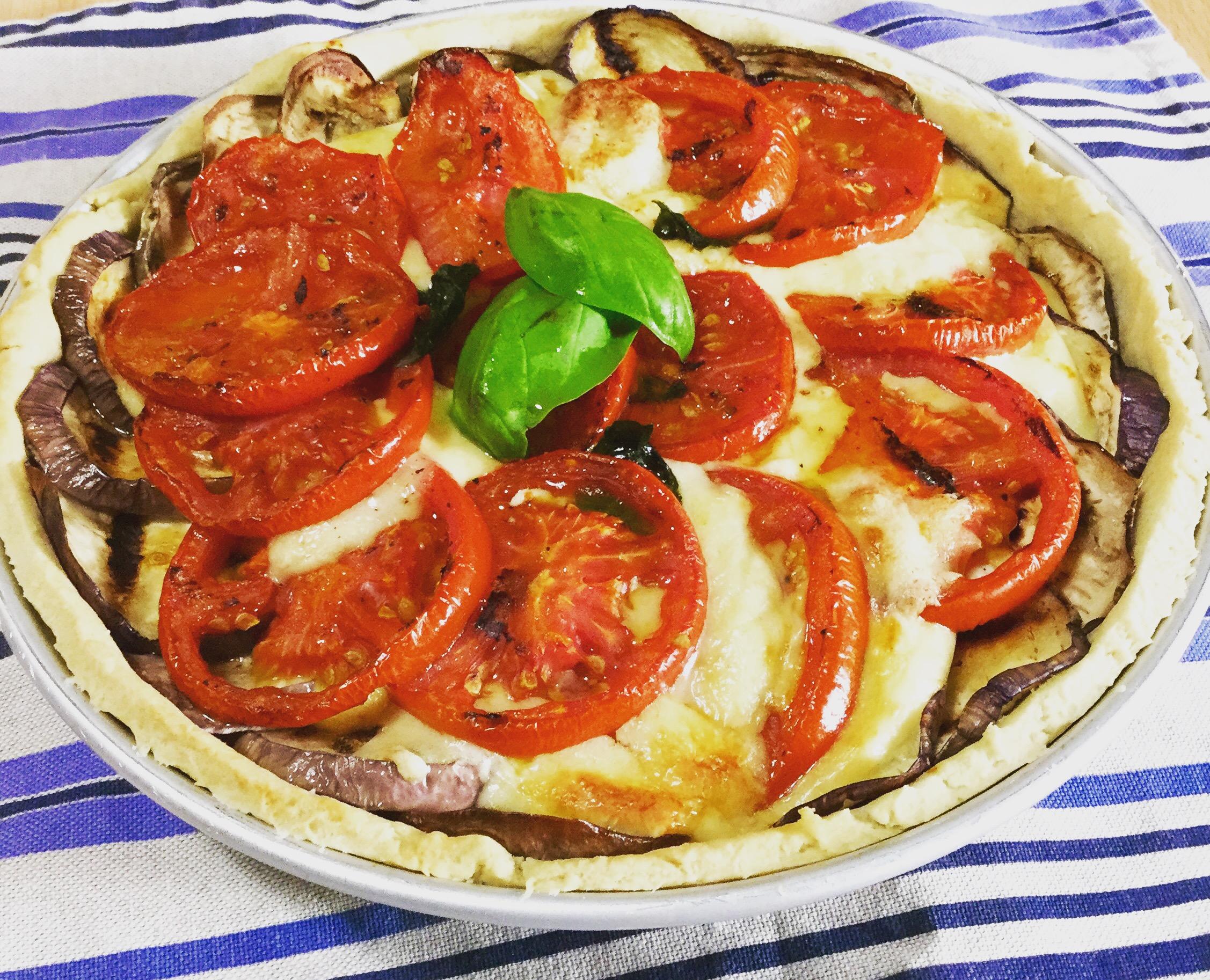 Torta salata con farina di farro e olio d'oliva, melanzane, pomodori e provola