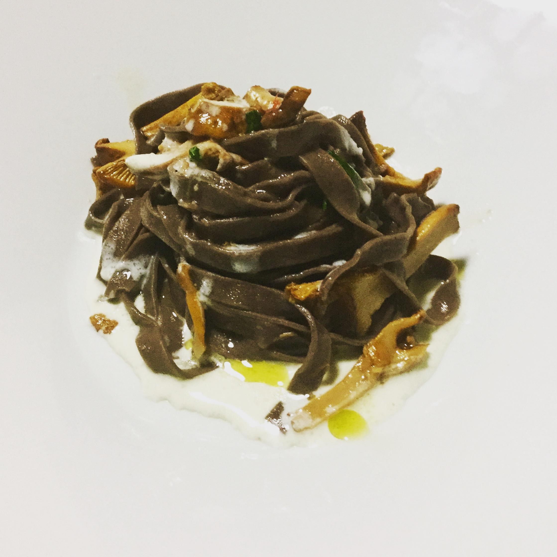 Fettuccine al cacao con funghi galletti e fonduta di gorgonzola