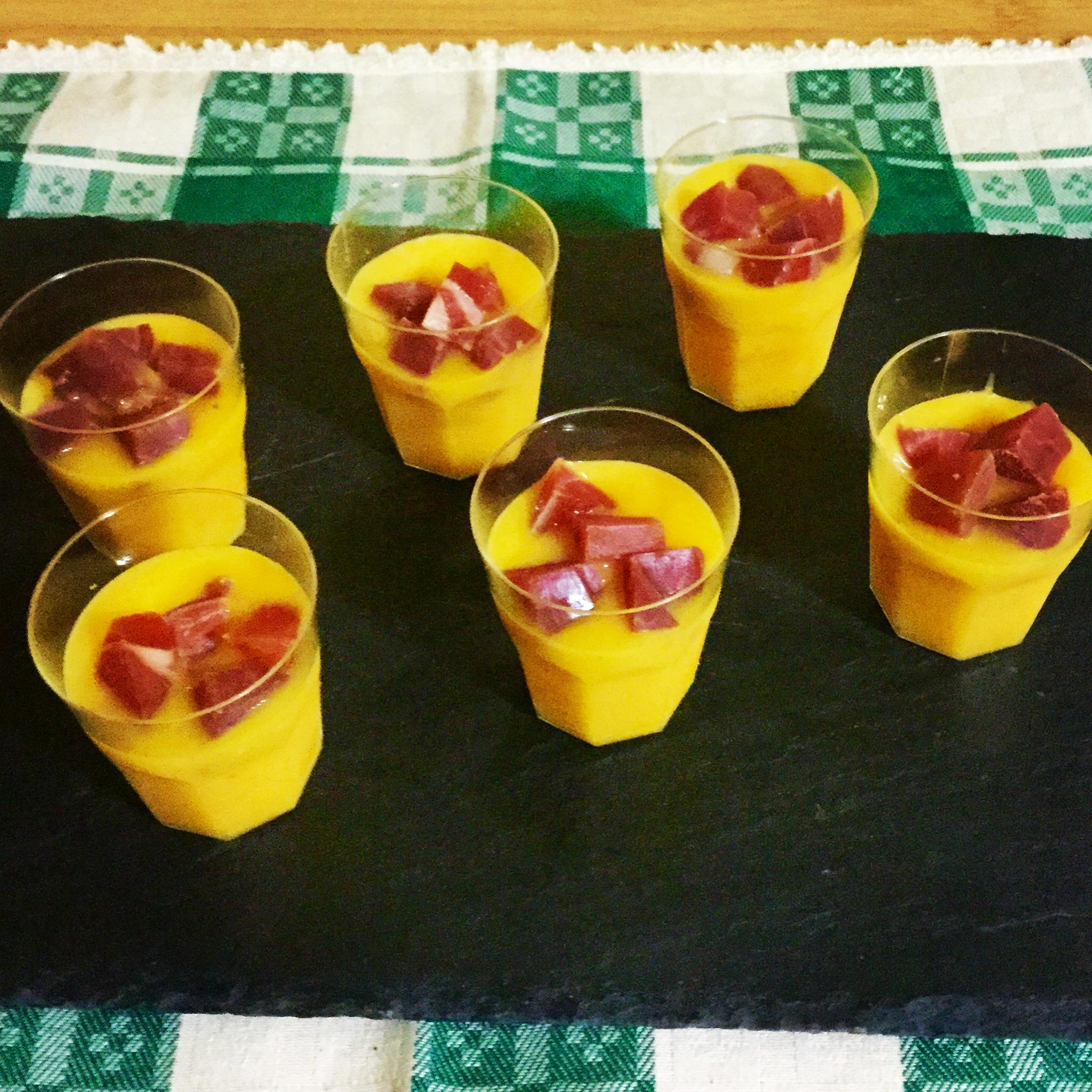 Bicchierini con crema di melone e prosciutto crudo