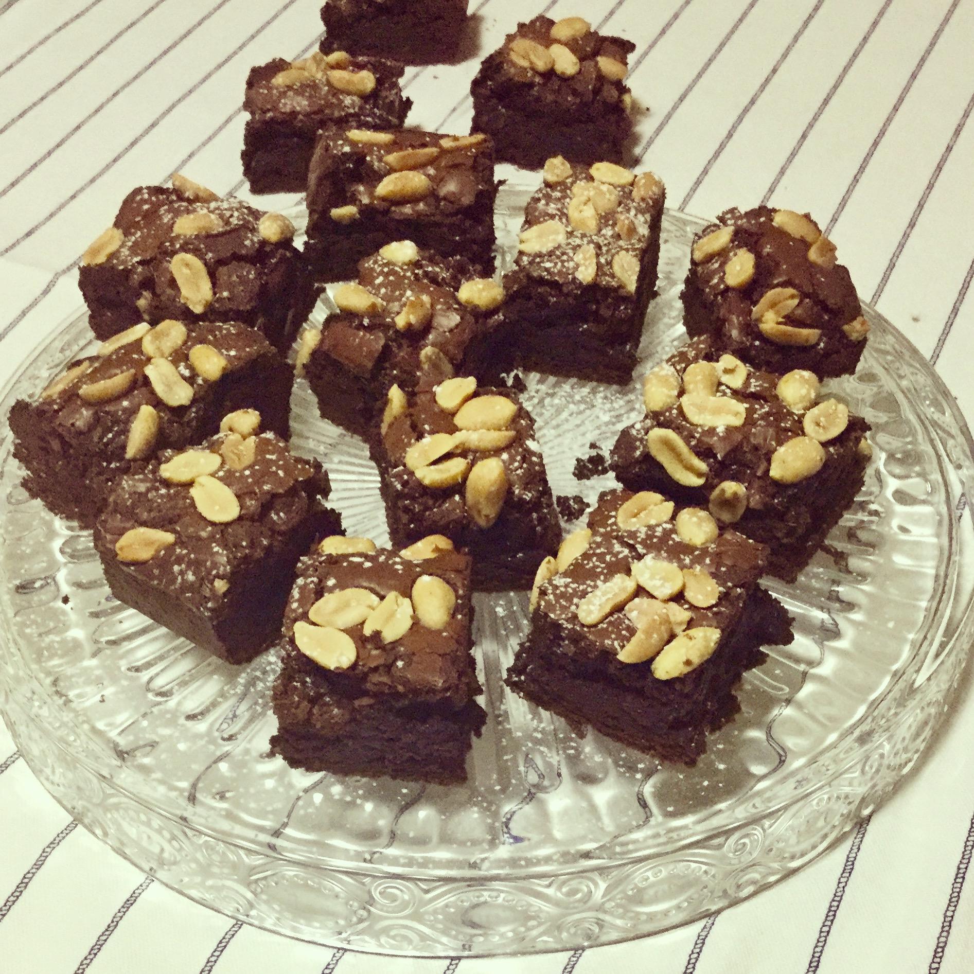 Brownie al cioccolato con burro di arachidi e arachidi salate