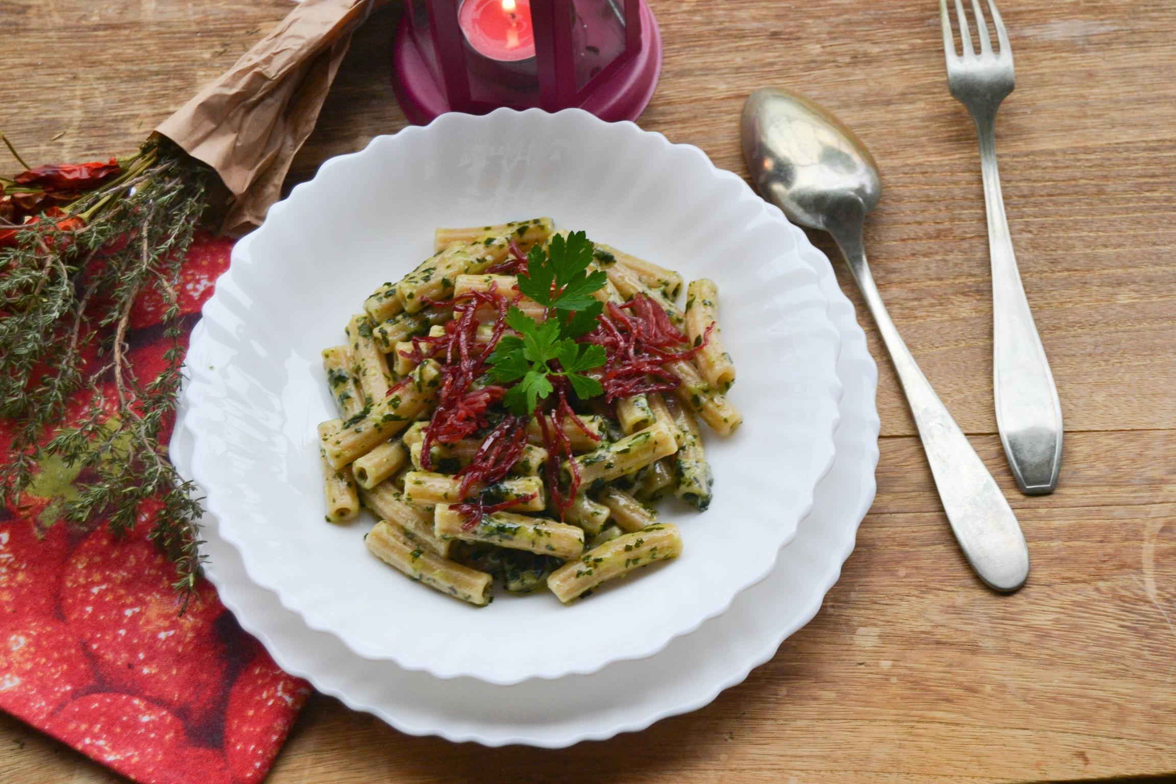 Sedani con mix di insalate portulaca e scaglie di bresaola