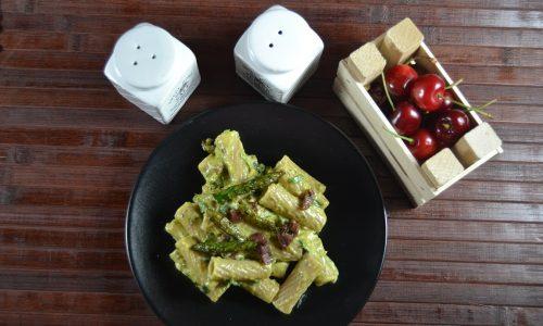 Tortiglioni con crema di asparagi e crudo